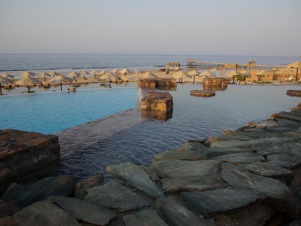 شاطئ فندق راديسون بلو ريزورت القصير