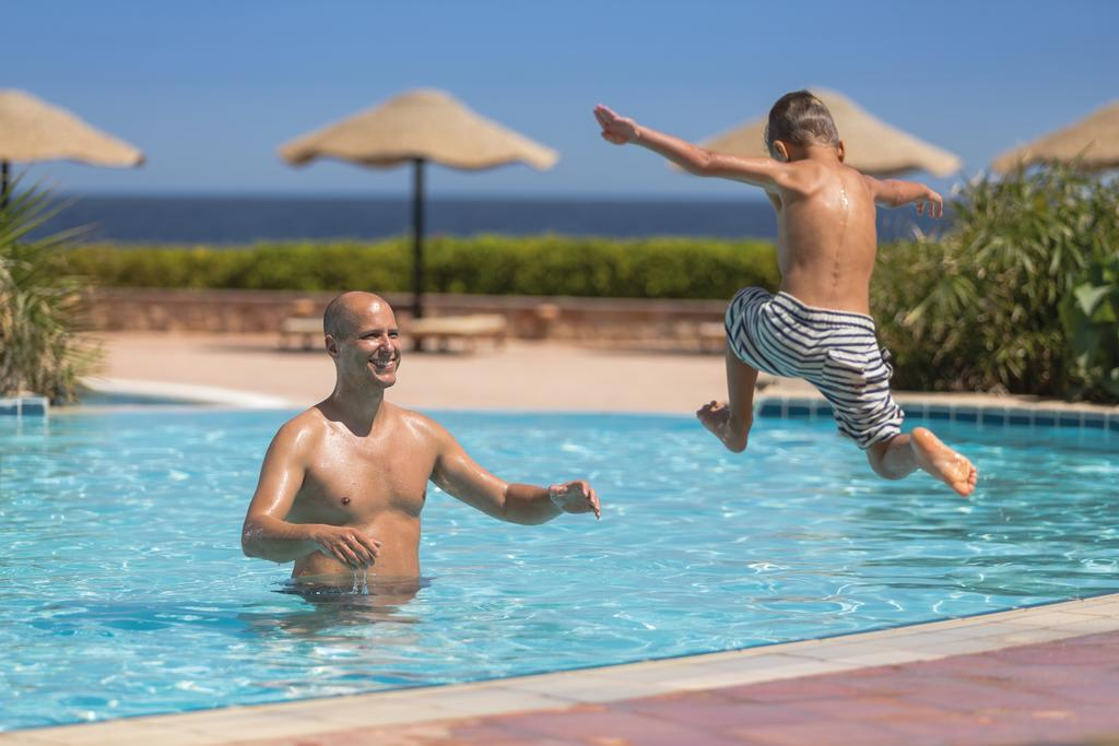 حمام سباحة فندق موفنبيك القصير